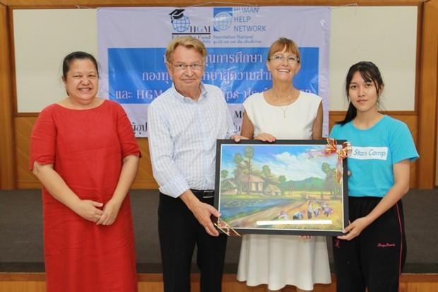 Kunstgemälde werden von Studenten als Dank an Mr.Hans Günther Müller, Prinzessin Iris von Sachsen und Artsawee Sintuwanick überreicht.