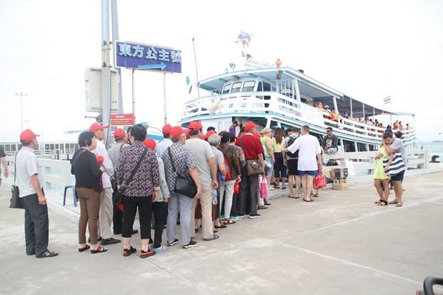 Immer noch parken riesige Busse an der Bachroad und warten auf ihre faulen chinesischen Gäste.