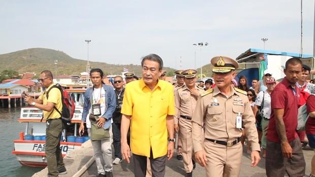 Konteradmiral Pinyo Tolenag, Vizekommandant der 1. Marinekommando-Einheit und Vizebürgermeister Ronakit Ekasingh überwachen die Lieferung von 100.000 Liter Frischwasser auf Kph Larn.