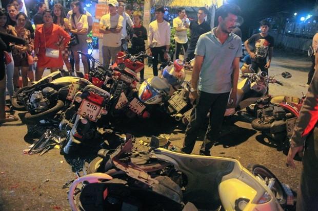 """Der 22-jährige Surachai Takiew nahm in betrunkenem Zustand gleich elf geparkte Motorräder """"mit""""."""