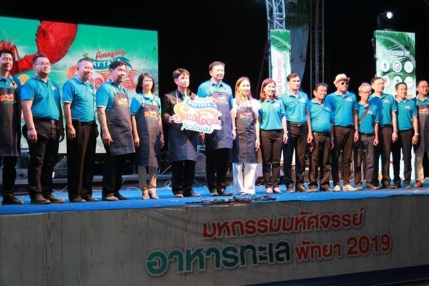Chonburis Gouvernor Pakarathorn Thienchai eröffnet das Festival.