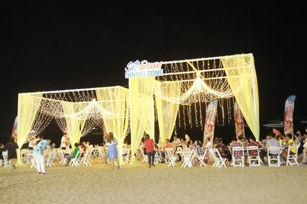 """Die spezielle elegante """"Sit-down"""" Zone am Strand."""