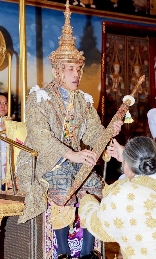 Der oberste Brahmanen Priester überreicht Seiner Majestät König Maha Vajiralongkorn viele der königlichen Insignien, inclusive der königlichen goldenen Plakette auf der des Königs offizielle Titel vermerkt sind. (Foto mit Genehmigung des Büro's des Königlichen Haushalts via AP)