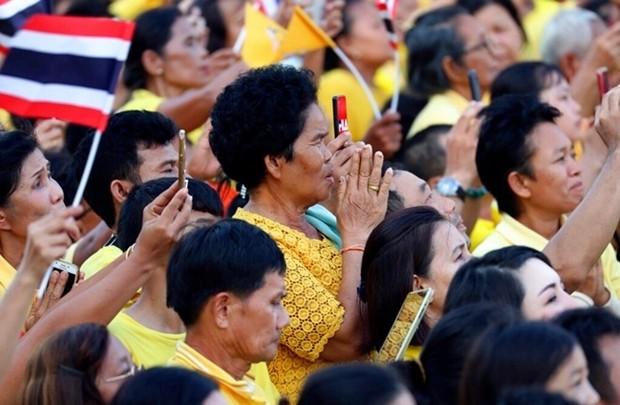 Die Menschen begrüßen den König auf seinem Weg am 5. Mai 2019. (AP Photo/Sakchai Lalit)
