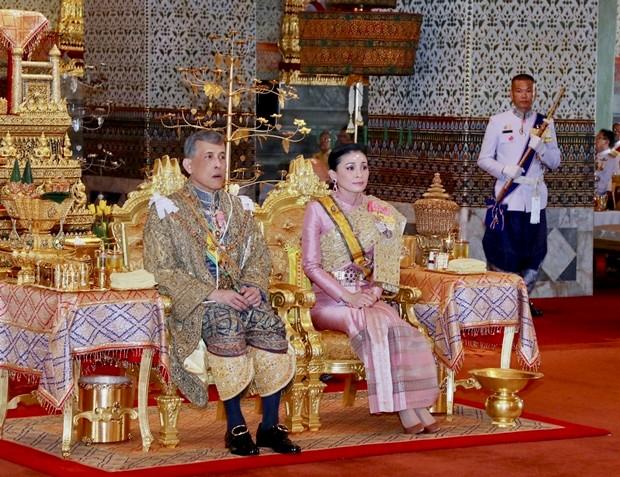 Ihre königlichen Hoheiten, König Maha Vajiralongkorn und Königin Suthida, sehen den weiteren Zeremonien während der Krönungsfeier zu. (Foto mit Genehmingung des Büros des Königlichen Haushalts via AP)