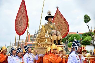 Seine Majestät wird auf der Sänfte zum Smaragd Buddha getragen. (Foto mit Genehmingung des Büros des Königlichen Haushalts via AP)