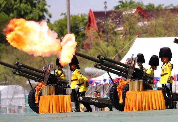 Die königliche Garde feuert Kanonen ab zu Ehren des Königs. (AP Photo/Sakchai Lalit)