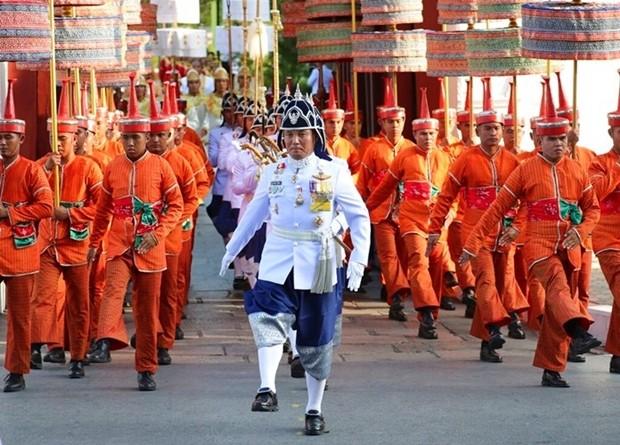 Die Königliche Garde marschiert der Sänfte des Königs voran. (AP Photo/Sakchai Lalit)
