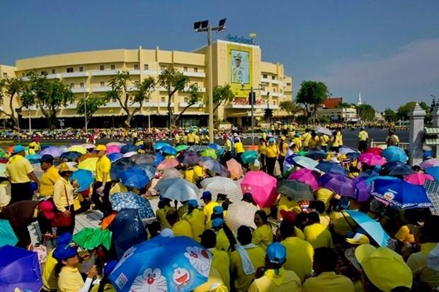 """Seine Majestät wurden von den Tausenden die seinen Weg am 5. Mai 2019 säumten mit Hurra-Rufen und """"Lang lebe der König"""" begrüßt. Crowds gather to watch the royal procession Sunday, May 5 in Bangkok. (AP Photo/Gemunu Amarasinghe)"""