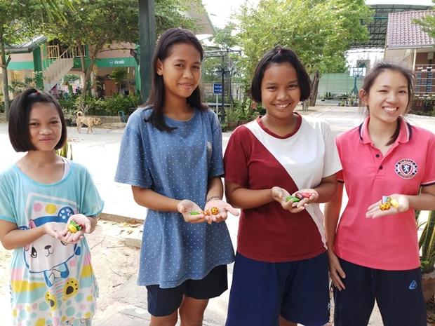 Die Kinder verschenken den Erwachsenen selbst bemalte Ostereier.
