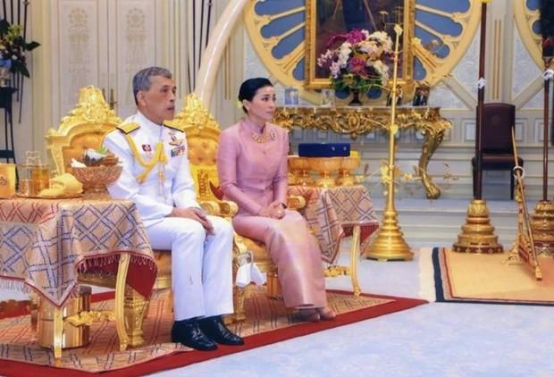 Auf einem Bild des Royal Household Bureau ist das Paar am 1. Mai bei der Hochzeit zu sehen.