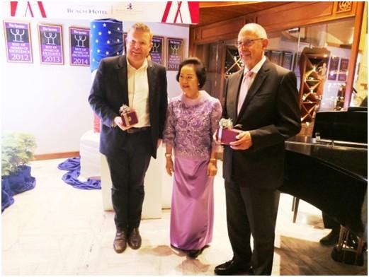 Khun Pagna Vatanakhul (Mitte) mit sponsor Ron Bartoni, Präsident von  Bangkok Beer and Beverags Co. (rechts) und Gastsprecher Tim Herrmann (links).