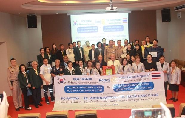 Distriktgouverneur Surapol Taveesangsakulthai übergibt die 50 medizinischen Geräte an das Queen Sirikit Hospital und die oben angeführten Stiftungen und Schulen.