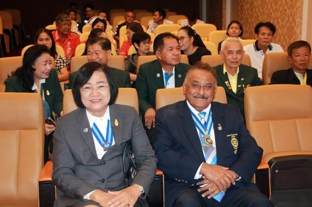 Die ehemalige Distriktgouverneurin Ornanong Siripornmanas und der ehemalige Distriktgouverneur Prateep Singh Malhotra.