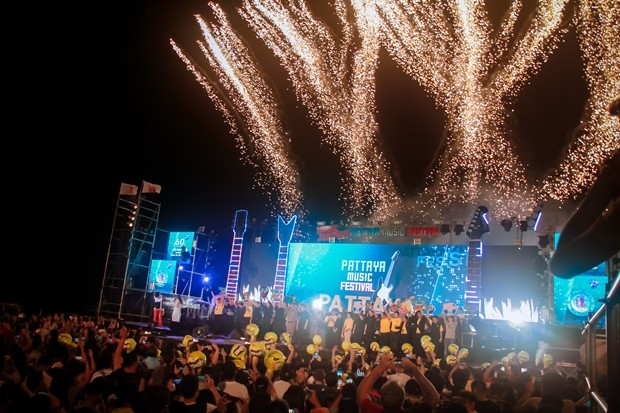 Bürgermeister Sontaya Kunplome eröffnet das Musikspektakel gemeinsam mit Raywat Phonlookin, dem Vizevorsitzenden der PAO Chonburi, sowie Vizebürgermeistern Ronakit Ekasingh, Banlue Kullavanijaya und Manote Nongyai.