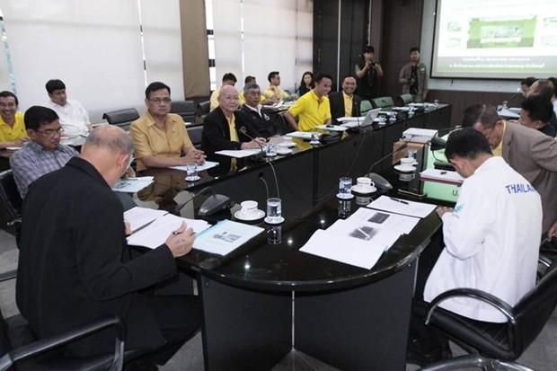 Vizebürgermeister Banlue Kullavanijaya hat den Vorsitz bei diesem Treffen.
