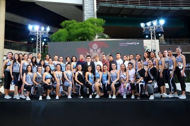 Der Berater des Bürgermeisters, Rattanachai Sutidechanai, eröffnet den 4. Welt-Yoga-Tag am Pattaya Strand.