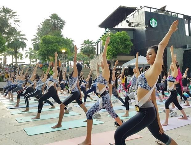 60 Miss Thailand-Universe 2019 Teilnehmerinnen probieren sich in Yoga Übungen.