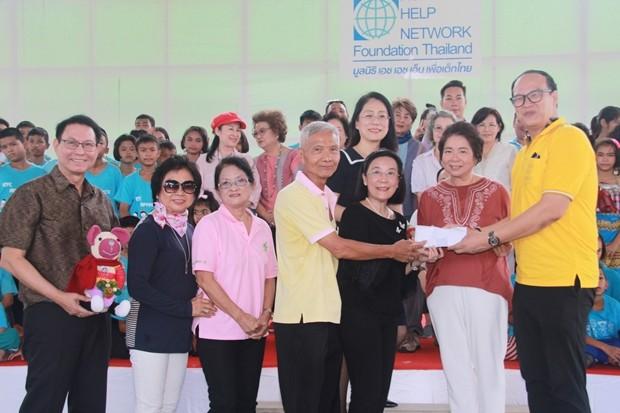 Sorasit Sunthornked, der Präsident von HHNFT und sein Team vergeben Stipendien an die Kinder des Child Protection & Development Centers in Huay Yai. Herzlichen Dank erhielten sie dafür von Samphan Akarapongpanitch, Radchada Chomjinda und Angestellten.