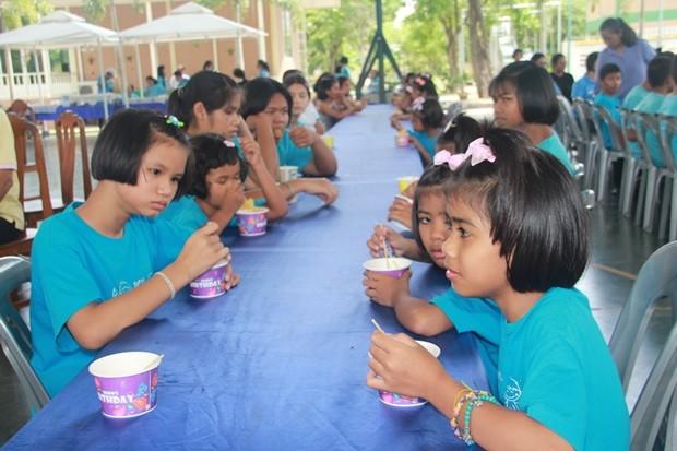 Die Kinder genießen das gute Essen.
