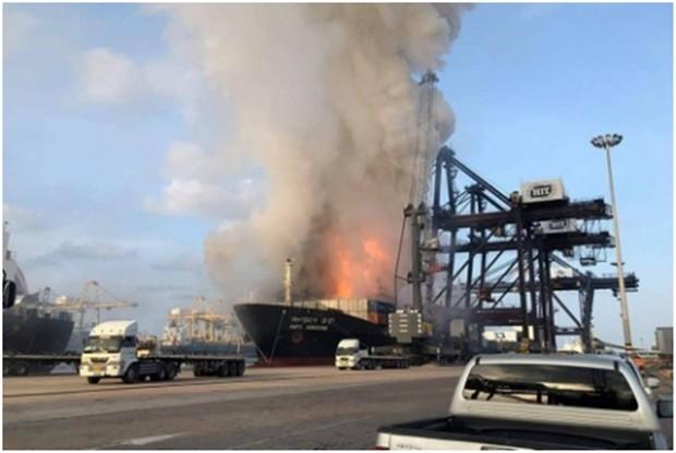 Eine Explosion an Bord eines Frachters verletzte 133 menschen und strömte giftiges Gas aus.