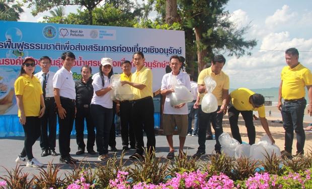 Vizebürgermeister Pattana Boonsawad leitete die Freilassungs-Zeremonie der Fische.