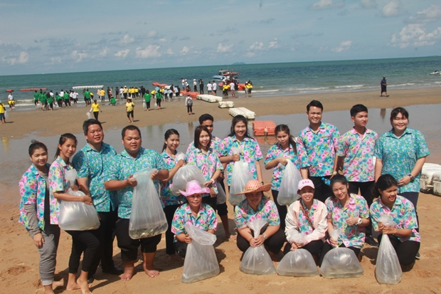 Stadtgemeinde-Amgestellte, Schulen und Gemeinden Pattayas nahmen an der Zeremonie am Jomtien Strand teil.