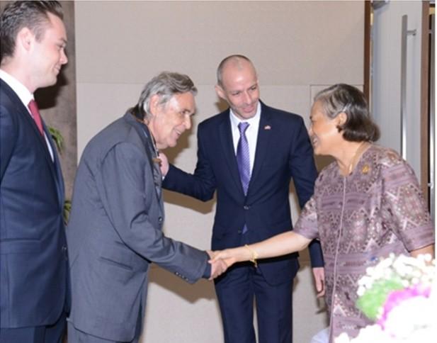 IKH Prinzessin Sirindhorn begrüß Axel Brauer mit Handschlag. Jan Scheer ist in der Mitte des Fotos und Miron Schöffer-Brauer, der sohn von Axel, steht links.