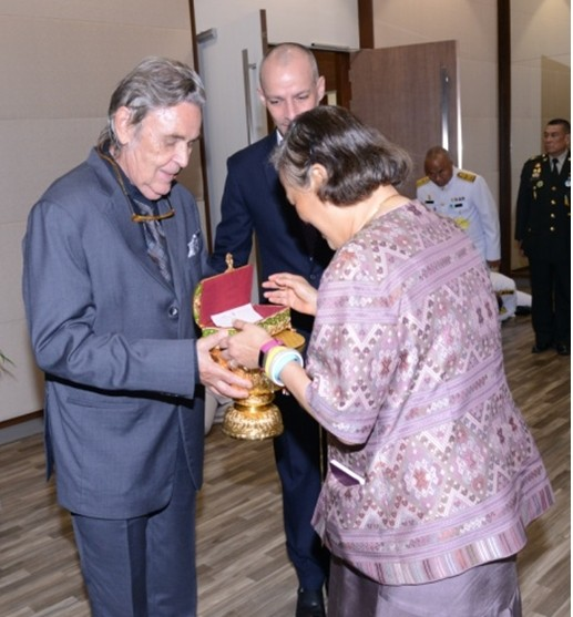 Ihre Königliche Hoheit, Prinzessin Maha Chakri Sirindhorn nimmt den 1-Million-Baht Scheck von Axel Brauer in Empfang.