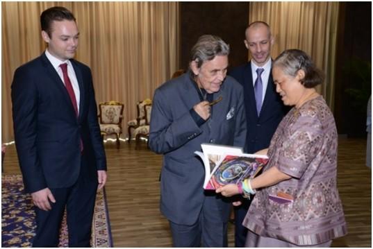 Prinzessin sirindhorn erklärt Axel Brauer die Geschichte des Fotobandes ihres Vater, König Rama IX, das sie ihm als Geschenk überreicht.