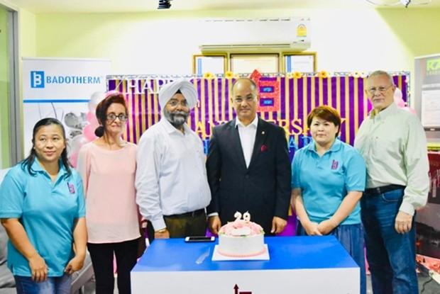Das Gründungskommitee beim Anschneiden der Geburtstagstorte der Barsten Group mit Dr. Akhil Kala (3. von rechts) und dem auch in Pattaya wohlbekannten Dr. Kamaljit Singh (3. von links).
