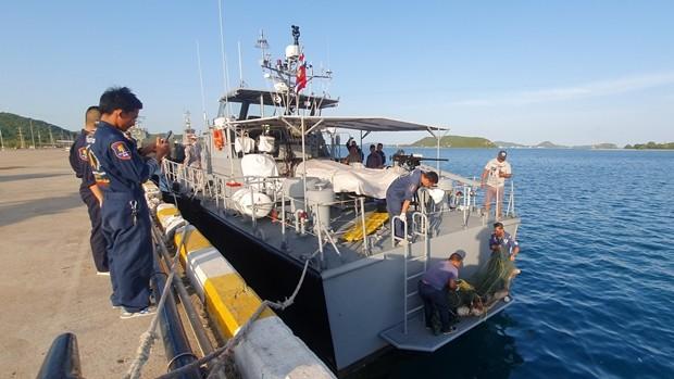 Marinesoldaten fanden einen Toten in der Mitte des Sattahip Golf treibend vor.
