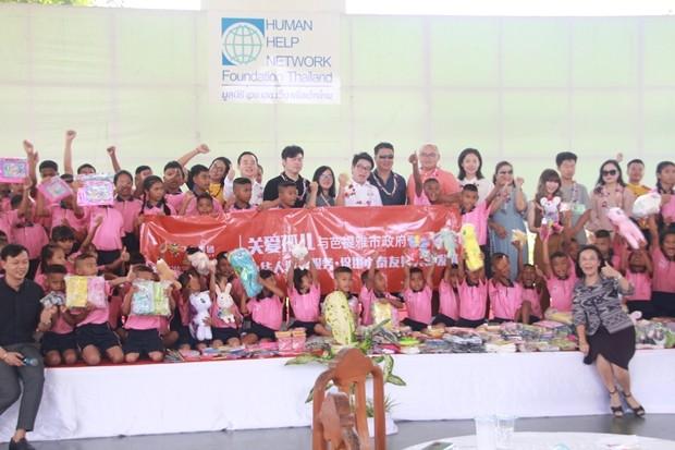 Rattanachai Sutidechanai, mit Familienmitgliedern und Freunden des Chinesischen Toouristenassitenzservice übergeben wieder viele Geschenke und Spenden an Radchada Chomjinda, die Direktorin des Human Help Networks und ihren Stellvertreter Siromed Akarapongpanich.
