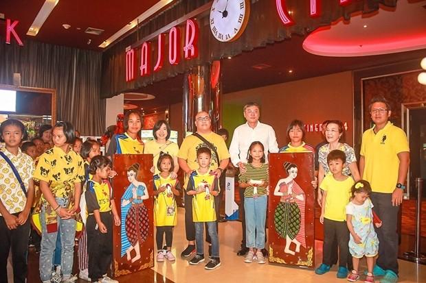 """Suttikorn Jierapaitoon (Khun Boy), lud 315 Heimkinder aus Pattaya ein un sich den Film """"Lion King"""" anzusehen. Radchada Chomjinda und Siromed Akarapongpanich hießen die Kinder und Besucher herzlich willkommen."""