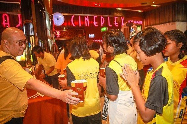 Suttikorn Jierapaitoon (Khun Boy) verteilte eigenhändig Popcorns und Getränke an die Kinder, damit diese was zum knabbern während des Films hatten.