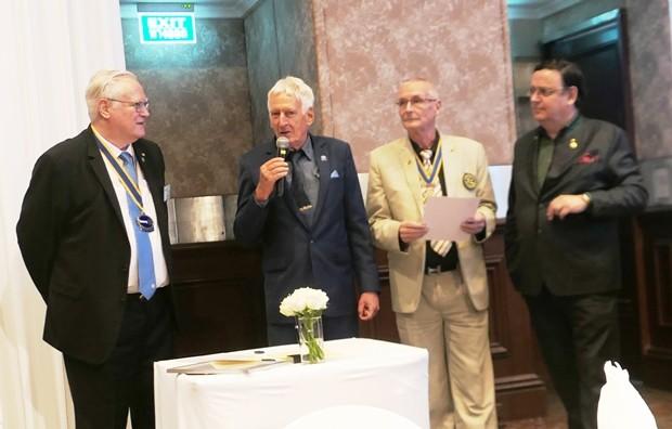 Die vier Initiatoren des Vertrages für den Sister Club: (von links) DACH Präsident Georg Wolff, Ex-Präsident Peter Schlegel (RC Phönix Pattaya), der Präsident vom RC Phönix Pattaya Dieter Barth und DACH Gründungspräsident Werner Kubesch.