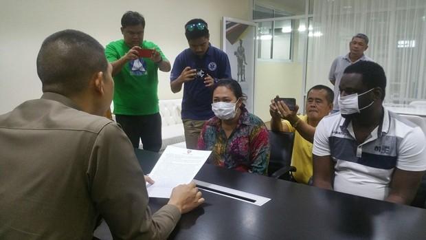 Chonburi Immigration verhaftet Uchenna Josep Amujiogu, 40, und seine Thai-Freundin Wadsana Nueng Kanjeak, 36.