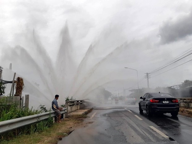 Ein großes Stahl-Wasserrohr ging kaput und das Wasser daraus schoss über 2 Stunden bis zu einer Höhe von 3 Meter hoch daraus hervor.