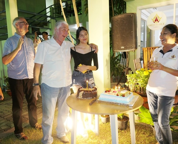 Helmut und Tochter Michelle sehen sich begeistert die Torten an, die von Dieter Reigber (ganz links) gebacken wurden. Gattin Iou steht rechts und freut sich mit.