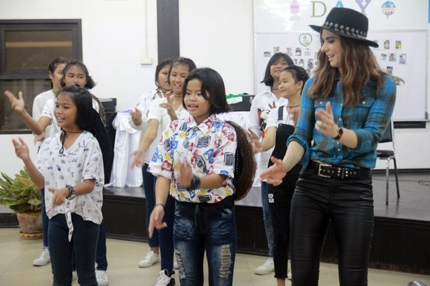 Auch im CPDC gab Sina Theil ein Minikonzert und spendierte den Kindern ein Abendessen.