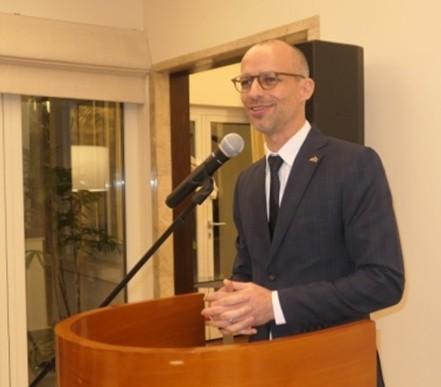 Jan Scheer begrüßt die Gäste in der deutschen Residenz.
