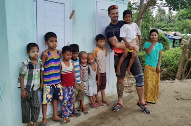 Jochen Messner mit einigen der Straßenkinder, die er mit SONNE unterstützen möchte.