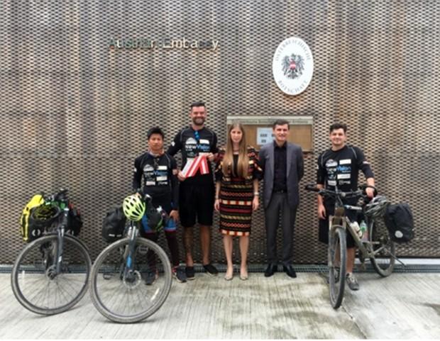 Besuch der Abenteuer-Radler an der Österreichischen Botschaft Bangkok, mit Wirtschaftsdelegiertem Mag. Günther Sucher und der 1. Sekretärin der Botschaft, Judith Schildberger.
