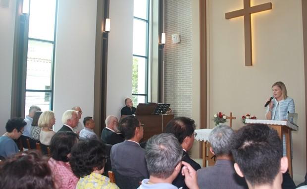Viele Ehrengäste hielten Reden.