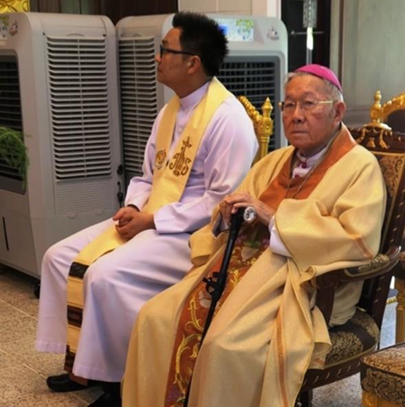 Bischof Erimitus Lawrence (rechts) ist wieder mit dabei.