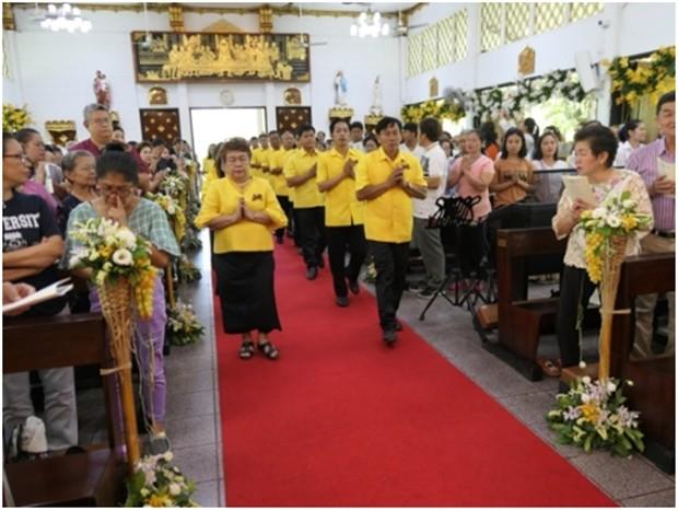 Die Kirchenratsmitglieder betreten die Kirche um die Priester zu begrüßen.