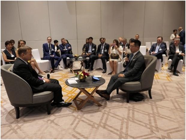 Der Ambassador und der CNA Korrespondent beim Interview.