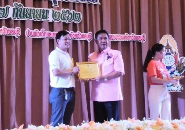 Pirun Noyimjai, der Manager des Drop-In und ASEAN Learning Center, nimmt die Auszeichnung von Raywat Phonlookin entgegen.