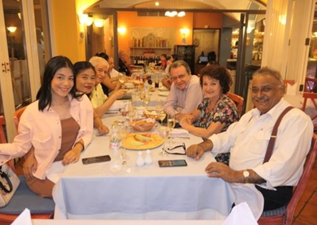 Italienisch-thailändische Familie beim Mahl. Von links nach rechts: Rita, Ket und Paolo Battaglione, Lorenzo Bottazzi, Elfi Seitz und Peter Malhotra.