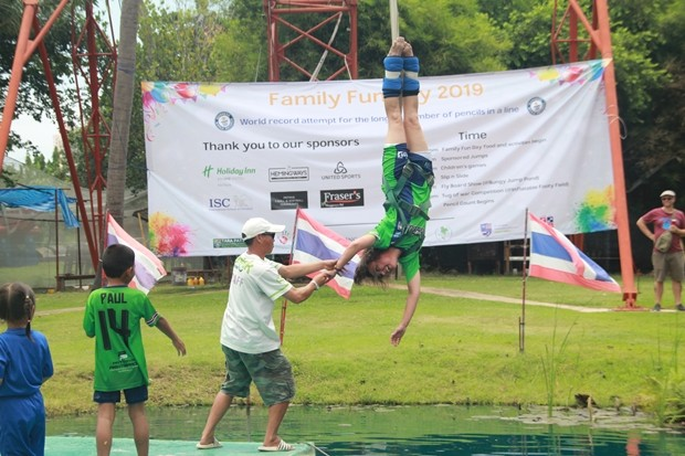 Bungee Jumping wird von Direktorin Margarete Granger eröffnet.